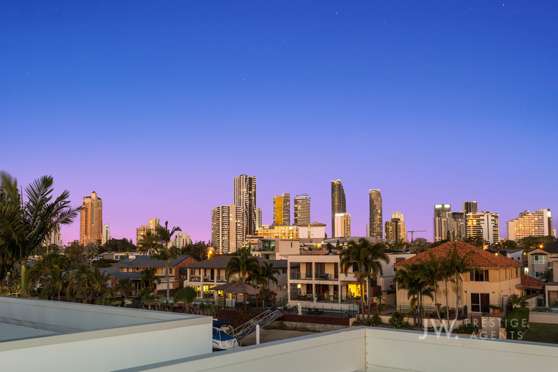 2 / 11 Beverley Crescent, Broadbeach Waters Qld 4218